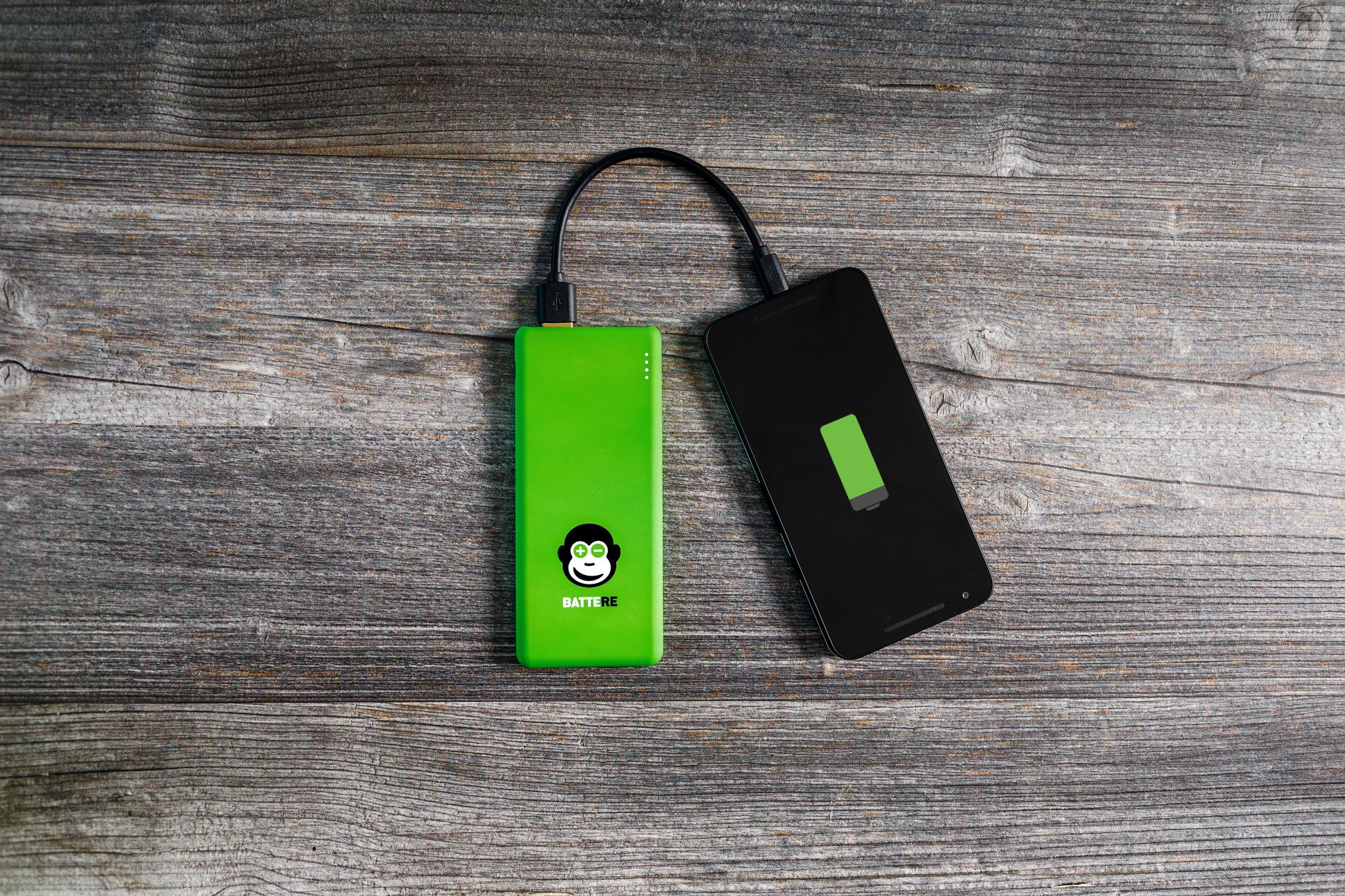 battere-laedt-android-phone-mit-affe-und-ladeanzeige